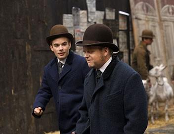 L'agent secret S01E02 Verloc Carries a Bomb into a Train