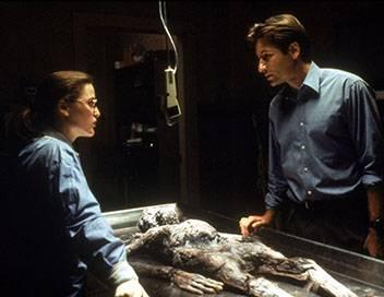 X-Files : Aux frontières du réel S01E01 Nous ne sommes pas seuls