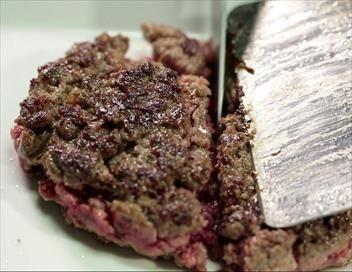 Le steak haché sur le grill